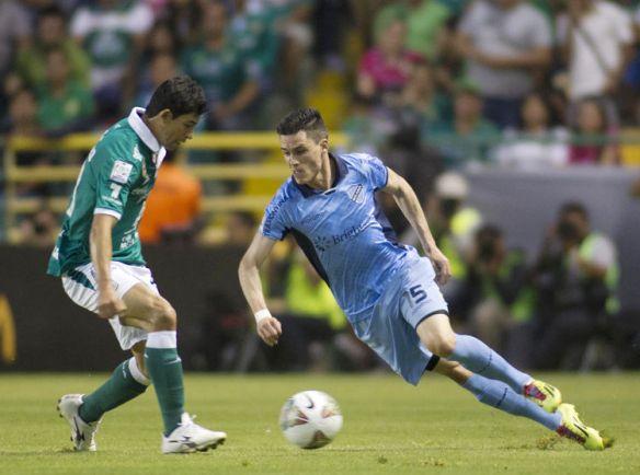Callejón encara su corrida para anotar el primer gol celeste frente al León