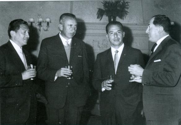 Mario Marañón (izq.), Roberto Prada (centro izq.) junto a dirigentes del fútbol sudamericano