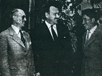 Luis E. Saavedra (izq.) junto a otro dirigente del fútbol y Víctor A. Ugarte