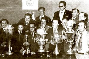 Con la directiva de Bolívar exhibiendo parte de los innumerables trofeos de Bolívar