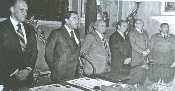 Con los máximos dirigentes del fútbol mundial Joao Havelange de la FIFA (a su izquierda) y Teófilo Salinas de la CSF (a su derecha)