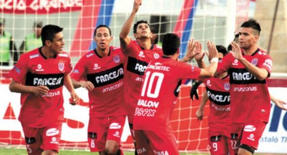 Los jugadores de Universitario de Sucre celebran el gol de apertura frente a Tigres en Monterrey