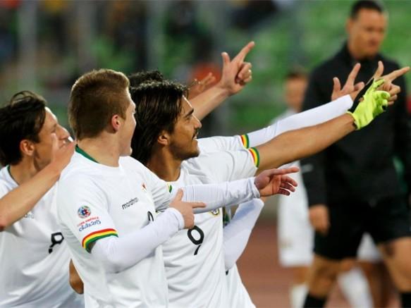 Martins y su característica celebración, después de anotar de penal su gol número 13 en la selección