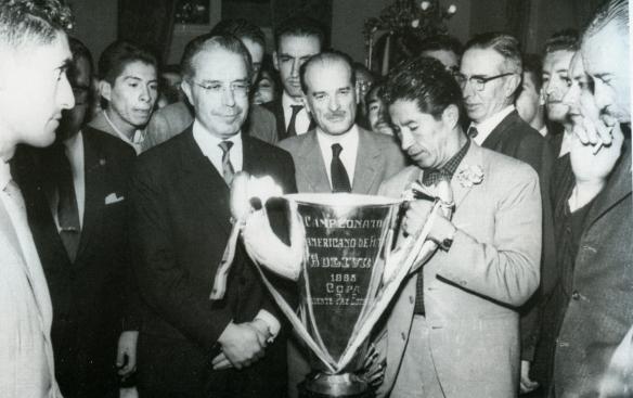 En 1963, tras el título sudamericano, el Presidente Paz Estenssoro entrega la Copa Kauffman al capitán y máximo goleador histórico de la selección boliviana, Víctor Agustín Ugarte