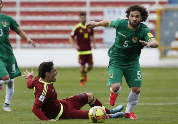 Marteli sale jugando desde atrás de la defensa boliviana