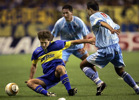 Guillermo Barros Schelotto (L) of Boca J