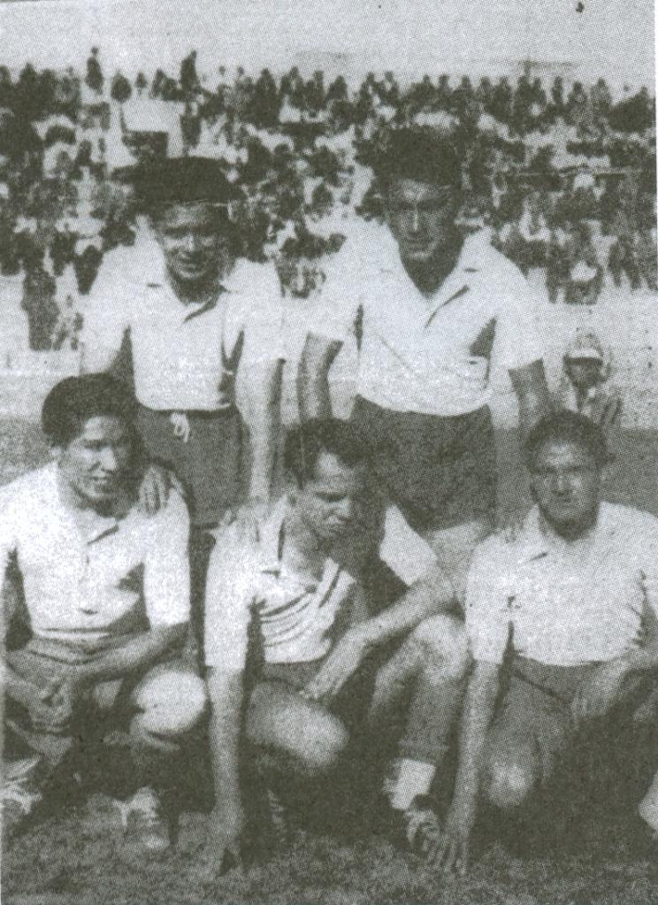 La delantera del primer campeón nacional, Bolívar. De cuclillas: Ugarte, Mena y Vargas.